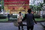 Panitia menyiapkan dekorasi Muktamar XVI atau Setengah Abad Ikatan Mahasiswa Muhammadiyah (IMM) di Universitas Muhammadiyah Surakarta (UMS), Pabelan, Kartasura, Sukoharjo, Minggu (25/5/2014). Acara bertemakan Meretas Zaman, Membumikan Gerakan untuk Indonesia Berkemajuan tersebut akan berlangsung 26-30 Mei 2014. (Ardiansyah Indra Kumala/JIBI/Solopos)