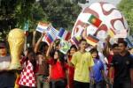 Warga melakukan kirab Semarak Piala Dunia di arena Car Free Day (CFD) kawasan Gembongan, Kartasura, Sukoharjo, Minggu (25/5/2014). Kirab puluhan warga yang membawa bola raksasa, replika piala dunia, dan bendera peserta Piala Dunia 2014 tersebut digelar demi menyambut ajang terbesar sepak bola dunia yang bakal mulai digelar 12 Juni 2014 mendatang. (Ardiansyah Indra Kumala/JIBI/Solopos)