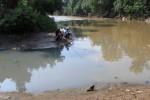 Warga memancing di aliran Sungai Mbedaan, Banjarsari, Solo, Jawa Tengah yang airnya tercemari limbah industri, Jumat (16/5/2014). Kondisi air sungai tersebut cukup memprihatinkan karena bercampur dengan limbah industri rumah tangga.(Septian Ade Mahendra/JIBI/Solopos)