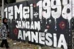 Salah seorang anggota keluarga korban Tragedi Mei 1998, Ruyati, berjalan di depan mural pelanggaran hak asasi manusia (HAM) saat peresmian mural Prasasti Tragedi Trisaksti dan Mei 1998 di kawasan Jl Pemuda, Jakarta Timur, Senin (12/5/2014). Persemian mural tersebut bertujuan mengingatkan kepada pemerintah dalam penuntasan peristiwa pelanggaran HAM berat dan sebuah gerakan melawan lupa atas tragedi Mei Kelabu 1998 melalui peresmian Mural Prasasti Tragedi Trisakti dan Mei 1998. (JIBI/Solopos/Antara/Reno Esnir)
