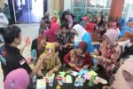 Sejumlah ibu guru PAUD dan TK di Karanganyar mengikuti seminar dan workshop dengan tema Mengembangkan Kreativitas Guru dan Orangtua dengan Memanfaatkan Media Barang Bekas di gedung DPRD Karanganyar, Kamis (15/5/2014). (Ponco Suseno/JIBI/Solopos)
