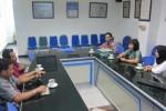 Public Relation Manager Lorin Solo Hotel Kartika Oktavia Pravitasari (dua dari kanan) didampingi anggota staf PR Lorin berdiskusi dengan redaksi Solopos saat berkunjung ke Griya Solopos, Jumat (30/5/2014). (Abu Nadhif/JIBI/Solopos)