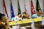 Ketua Komisi Pemilihan Umum (KPU) Husni Kamil Manik (kiri) bersama komisioner KPU Hadar Nafis Gumay (tengah), serta Direktur PPLHKN Komisi Pemeberantasan Korupsi (KPK) Budi Waluya (kanan) memaparkan persyaratan pendaftaran calon presiden (capres) kepada perwakilan partai politik (parpol) di Kantor KPU, Jakarta, Jumat (16/5/2014).