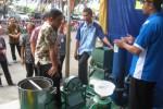 Bupati Wonogiri, Danar Rahmanto (empat dari kiri) mendengarkan penjelasan kemampuan mesin penyedot air buatan masyarakat Wonogiri yang ditampilkan di ajang Pameran Produk Unggulan Wonogiri di GOR Giri Mandala, Wonogiri, Rabu (14/5/2014). (Trianto HS/JIBI/Solopos)