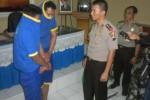 Kapolres Sukoharjo AKBP Andy Rifai didampingi Kasubag Humas, Joko Sugiyanto memeriksa tersangka di Mapolres Sukoharjo, Jumat (9/5/2014). (Iskandar/JIBI/Solopos)