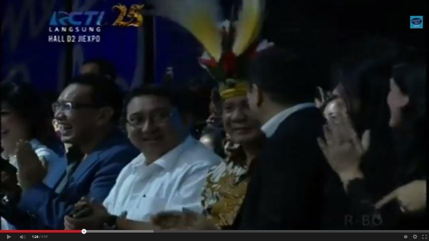 Prabowo bersama Fadli Zon (kiri) dan Hary Tanoesoedibjo (kanan) hadir dalam penobatan Pemenang Indonesian Idol 2014 (Youtube)