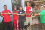 Muhammad Badrun (kanan) memperlihatkan ular piton sawo kembang dari kerangkeng, Selasa (27/5). warga Kampung Balakan, Siswodipuran, Boyolali digegerkan oleh ular yang melahap seekor ayam Sellasa (27/5/2014) dini hari. (Ahmad Baihaqi/JIBI/Solopos)