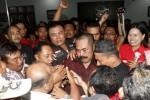 Ketua DPC PDIP, F.X. Hadi Rudyatmo menangis saat disambut kader PDIP seusai menyatakan sikap untuk tetap menjadi Ketua DPC PDIP, di Kantor DPC PDIP Brengosan, Solo, Minggu (18/5/2014) malam. Pernyataan sikap Rudi tersebut didasari dukungan dari pengurus dan kader PDIP yang juga mengancam mundur apabila surat pengunduran diri Ketua DPC tersebut dikabulkan oleh Ketua Umum PDIP Megawati Soekarnoputri. (JIBI/Solopos/Ardiansyah Indra Kumala)
