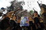 Siswa SD Nayu Barat 2 menebar potongan kertas usai menyusun puzzle poster Ki Hajar Dewantara di Markas Republik Aeng-Aeng, Nusukan, Solo, Jumat (2/5/2014). Aksi tersebut untuk memperingati Hari Pendidikan Nasioanal. ( JIBI/Solopos/Ardiansyah Indra Kumala )