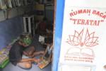 Pengunjung membaca buku di Rumah Baca Teratai RW 003 Sangkrah, Pasar Kliwon, Solo, Minggu (4/5)/2014. (JIBI/Solopos/Septian Ade Mahendra)