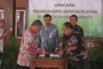 Wagub Jateng, Heroe Soedjatmoko (kiri) menandatangani berita acara pelantikan Sekda Wonogiri, Suharno di pendapa rumah dinas Bupati Wonogiri, Sabtu (24/5/2014). (Trianto HS/JBI/Solopos)