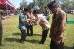 Wakil Bupati Sukoharjo, Haryanto (paling kiri) menyerahkan bantuan bibit tanaman mangga kepada salah seorang warga saat pembukaan TMMD Ke-92 tahun 2014 di Lapangan Desa Tangkisan, Kecamatan Tawangsari, Rabu (21/5/2014). (Iskandar/JIBI/Solopos)