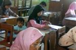 Beberapa peserta Ujian Nasional Pendidikan Kesetaraan (UNPK) paket B membawa serta anak-anaknya selama ujian berlangsung di SD Jlaban, Sentolo, Rabu (7/5/2014). (Holy Kartika N. S/JIBI/Harian Jogja)