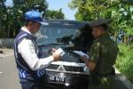Petugas Dishubkominfo dan Satpol PP kabupaten Kulonprogo lakukan pemeriksaan surat-surat trayek dan KIR dari salah satu angkutan barang, Selasa (6/5/2014) di Jalan Sutijab, Wates. (Harian Jogja/Holy Kartika NS)
