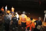 Tim search and rescue (SAR) gabungan berusaha memasang jaring untuk mencari korban tenggelam di Sungai Bengawan Solo, seputaran kawasan Pucangsawit, Solo, Jawa Tengah, Jumat (30/5/2014) malam. Korban tersebut tenggelam saat berusaha melarikan diri dari kejaran polisi ketika sedang bermain judi merpati di bantaran sungai. (Ardiansyah Indra Kumala/JIBI/Solopos)