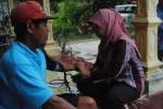 Petugas medis dari Puskesmas 2 Banyudono (kanan) memeriksa warga yang mengalami gejala keracunan di salah satu rumah warga setempat, Rabu (14/5/2014). (Septhia Ryanthie/JIBI/Solopos)