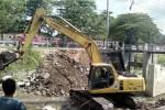Sebuah alat berat dioperasionalkan untuk membongkar jembatan di Sungai Gajah Putih, tepatnya di Kampung Sumber RT 004/RW 004, Sumber, Banjarsari, Solo, Sabtu (10/5/2014). (JIBI/Solopos/Tri Rahayu)