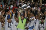 Pemain Real Madrid mengangkat tropi kemengangan di final Liga Champions