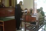 Jaksa Penuntut Umum (JPU), Purjio (kiri, berdiri) menyerahkan berkas tuntutan kepada dua terdakwa kasus politik uang saat persidangan di ruang sidang Kantor Pengadilan Negeri (PN) Wonogiri, Jumat (2/5/2014).(JIBI/Solopos/Trianto Hery Suryono)