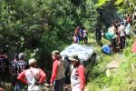 Warga melihat mobil off road mencoba menaklukkan medan di Karangmiri, Mulusan, Paliyan, Jumat (30/5/2014). (Kusnul Isti Qomah/JIBI/Harian Jogja)