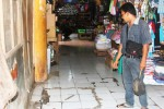 Seorang pedagang menunjukkan bak kontrol saluran limbah di Pasar Argosari, Selasa (13/5/2014). (JIBI/Harian Jogja/David Kurniawan)