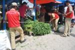 Sejumlah petugas dari UPT Pasar Cepogo melakukan pengukuran di lokasi Pasar Sayur Cepogo, Senin (5/5/2014). (JIBI/Solopos/Septhia Ryanthie)