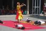 Pelajar SMK Farmasi Bhakti Mulia, Wonogiri memperagakan dance kolaborasi dalam pentas seni memperingati HUT ke-5 sekolah tersebut di halaman sekolah, Jumat (9/5/2014). (JIBI/Solopos/Trianto Hery Suryono)
