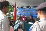 Hakim Pengadilan Negeri Wonogiri, Arief Sapto Nugroho (kiri) menyidang para pelanggar berlalu lintas di halaman Kantor PN Wonogiri, Rabu (28/5/2014).(JIBI/Solopos/Trianto Hery Suryono)