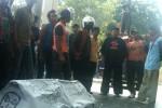 Menyusul massa pendukung Purwanto yang menggeruduk PN setempat untuk mengawal jalannya sidang. Mereka  membawa keranda dan melakukan tabur bunga di depan pintu masuk PN sebagai simbol perampasan demokrasi masyarakat Desa Tarubatang. (JIBI/Solopos/Septhie Ryanthie)