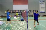 Seorang pelatih sedang memberi instruksi salah seorang pemain Thomas Cup. Ist/badmintonindonesia.org