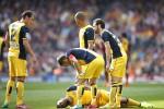 Pemain Atletico Madrid Arda Turan (tergeletak) cedera ketika bertanding melawan Barcelona di Camp Nou stadium akhir pekan lalu. JIBI/Reuters/Marcelo del Pozo