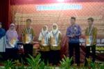 Para siswa dan guru SMK Islam Terpadu Smart Informatika yang berprestasi memperoleh penghargaan dari Yayasan Solopeduli pada acara Pelepasan Siswa kelas 12 di Graha Perhutani, Rabu (28/5/2014). Mulyanto Utomo/JIBI/Solopos