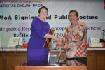 CEO ACCA, Helen Brand (kiri) dan Dekan FEB UGM, Wihana Kirana Jaya. (IST/JIBI/Harian Jogja)