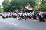 Puluhan siswa SMP di Kecamatan Saptosari, siap melakukan konvoi kendaraan sebagai cara untuk merayakan kelulusan. Sabtu (14/6/2014). (David Kurniawan)