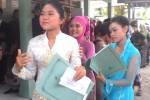 Para siswa di SMP Negeri 3 Depok wajib mengenakan pakaian adat saat menerima pengumuman kelulusan, Sabtu (14/6/2014) pagi. (Rima Sekarani I.N.)