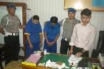 Kasat Reskrim Polres Sukoharjo, Iptu Fran Dalanta Kembaren (paling kanan) menunjukkan dua tersangka bersama barang bukti yang disita dari para tersangka di Mapolres Sukoharjo, Selasa (3/6/2014). (Iskandar/JIBI/Solopos)