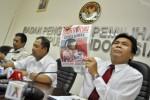 Komisioner Bawaslu Nelson Simanjuntak (kanan) dan Nasrullah (tengah) menunjukkan Tabloid Obor Rakyat yang diduga melanggar aturan kampanye pemilu di Kantor Badan Pengawas Pemilu, Jakarta, Rabu (4/6/2014). Selama kampanye Pilpres 2014, Bawaslu telah menerima enam laporan dugaan pelanggaran kampanye, di antaranya temuan tabloid yang menyudutkan pasangan Jokowi-JK, pemaparan visi misi pasangan Prabowo-Hatta kepada internal Partai Demokrat, serta ajakan memilih oleh pasangan Jokowi-Jusuf Kalla saat pengambilan nomor urut di KPU. (JIBI/Solopos/Antara/Yudhi Mahatma)