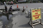 Pekerja membersihkan gorong-gorong yang mampet di Jl Monginsidi Solo, Jumat (6/6/2014). Gorong-gorong tersebut mampet karena banyaknya lumpur dan sampah rumah tangga yang menyumbat drainase. (Septian Ade Mahendra/JIBI/Solopos)