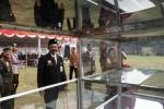 Wali Kota Solo F.X. Hadi Rudyatmo berbincang dengan seorang pedagang kaki lima setelah upacara peringatan hari jadi ke-68 Pemkot Solo di Benteng Vastenburg, Solo, Jawa Tengah, Senin (16/6/2014). (Septian Ade Mahendra/JIBI/Solopos)