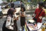 Sejumlah siswa membeli makanan pedagang kaki lima (PKL) di depan SMP Negeri 1 Solo, Jumat (13/6/2014). Menurut data Dinas Kesehatan Kota Solo tahun 2013, tak kurang dari 12% jajanan siswa sekolah tergolong tak sehat. (Septian Ade Mahendra/JIBI/Solopos)