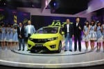 Large Project Leader of All New Honda Jazz Makoto Konishi (dari kiri ke kanan), Presiden Direktur PT Honda Prospek Motor Tomoki Uchida, Senior Vice President Kusnadi Budiman, dan Marketing After Sales Service Director Jonfis Fandy berfoto bersama personel idol group JKT48 saat peluncuran All New Honda Jazz di Jakarta, Kamis (26/6/2014). Grup idola yang merupakan sister group dari AKB48 di Jepang itu mengawal peluncuran mobil Jepang itu di Indonesia. (Alby Albahi/JIBI/Bisnis)