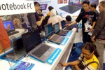 Pengunjung memerhatikan varian notebook terbaru keluaran Hewlett Packard (HP) yang dipamerkan pada Pekan Raya Jakarta (PRJ) Ke-47 di Jakarta International Expo (JI Eepo) Kemayoran, Jakarta, Sabtu (7/6/2014). Lembaga riset International Data Corporation (IDC) tahun ini menargetkan pasar produk notebook di Indonesia dapat meningkat menjadi 3,5 juta unit dibanding tahun sebelumnya yang mencapai 3,2 juta unit. (Rachman/JIBI/Bisnis)
