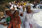 Sejumlah manusia lanjut usia (lansia) mengikuti senam bersama saat acara Tetap Sehat di Usia Senja di Taman Satwa Taru Jurug (TSTJ) Solo, Jawa Tengah, Kamis (5/6/2014). Rangkaian acara yang antara lain melibatkan para manusia lanjut usia (manula) itu dalam outbound itu diadakan oleh Palang Merah Indonesia (PMI) Kota Solo untuk mengontrol kesehatan mereka. (Septian Ade Mahendra/JIBI/Solopos)