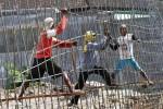 Sejumlah pekerja merangkai besi untuk kerangka beton cor dalam proyek parapet atau dinding beton di bantaran Sungai Bengawan Solo, kawasan Pucangsawit, Jebres, Solo, Jawa Tengah, Selasa (10/6/2014). Proyek lanjutan tersebut dilaksanakan guna menyambungkan dinding penahan banjir Sungai Bengawan Solo yang semula telah berdiri di Pucangsawit dan Jurug. (Septian Ade Mahendra/JIBI/Solopos)