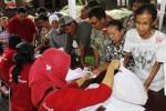 Warga menukarkan kupon dengan paket sembako saat Pasar Murah di Balai Kota Solo, Jawa Tengah, Rabu (11/6/2014). Sebanyak 1.675 paket sembako ditawarkan kepada warga terpilih yang dianggap layak oleh Pemkot Solo untuk menerima kupon barang murah bersubsidi itu. Penentuan warga yang dianggap layak menerima kupon-kupon itu dilakukan pemerintah kelurahan di Kota Solo. (Septian Ade Mahendra/JIBI/Solopos)
