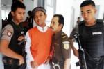 Terdakwa pengeroyokan anak punk, Khuzaimah alias Jaim (kedua dari kiri), dikawal ketat polisi bersenjata seusai menjalani sidang di Pengadilan Negeri Solo, Jawa Tengah, Kamis (12/6/2014). Kepolisian Negara Republik Indonesia (Polri) menurunkan aparat bersenjata api guna mengamankan sidang terdakwa Jaim dengan agenda pembacaa jawaban eksepsi tersebut. (Ardiansyah Indra Kumala/JIBI/Solopos)