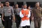 Terdakwa pengeroyokan anak punk, Khuzaimah alias Jaim (tengah) dikawal aparat Polresta Solo saat akan menjalani sidang di Pengadilan Negeri Solo, Senin (9/6/2014). Pemuda itu tertangkap kamera dikelilingi secara ketat oleh polisi-polisi anggota Polresta Solo. Sidang Jaim sebagai terdakwa kasus penganiayaan dengan agenda pembacaan eksepsi tersebut memang dijaga puluhan polisi. (Ardiansyah Indra Kumala/JIBI/Solopos)