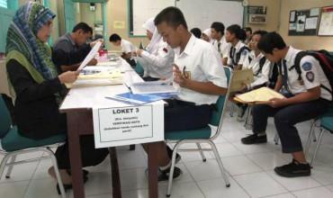 Petugas memverifikasi data siswa pada penerimaan peserta didik baru (PPDB) di SMA Negeri 1 Solo, Senin (16/6/2014). Dalam PPDB Kota Solo Tahun Ajaran 2014/2015, kuota untuk siswa dari keluarga miskin (gakin) ditambah 25% dari semula menyusul dihapusnya sekolah plus. (Ardiansyah Indra Kumala/JIBI/Solopos)