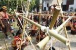 Para anggota Praja Muda Karana (Pramuka) SMP Negeri 13 Solo membuat gapura menggunakan tongkat dan tali saat berkemah di Taman Balekambang, Solo, Jawa Tengah, Senin (23/6/2014). Pelatihan kemandirian untuk kelas VII tersebut dilaksanakan selama dua hari satu malam dengan perbekalan yang telah ditentukan. (Ardiansyah Indra Kumala/JIBI/Solopos)