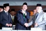 Menteri Agama Lukman Hakim Saifuddin (tengah) bersalaman dengan Ketua Umum Majelis Ulama Indonesia (MUI) Din Syamsuddin (kanan) disaksikan Wakil Menteri Agama Nasaruddin Umar seusai Sidang Itsbat Awal Ramadan 1435 H di Kantor Kementerian Agama, Jakarta, Jumat (27/6/2014). Pemerintah memutuskan awal bulan Ramadan 1435 Hijriah jatuh pada hari Sabtu (28/6/2014) sehingga puasa Ramadan pertama tahun ini dilakukan Minggu (29/6/2014). Dari 63 titik daerah di Indonesia yang dijadikan lokasi pemantauan hilal, tak ada satu pun yang melihat hilal. (Rachman/JIBI/Bisnis)